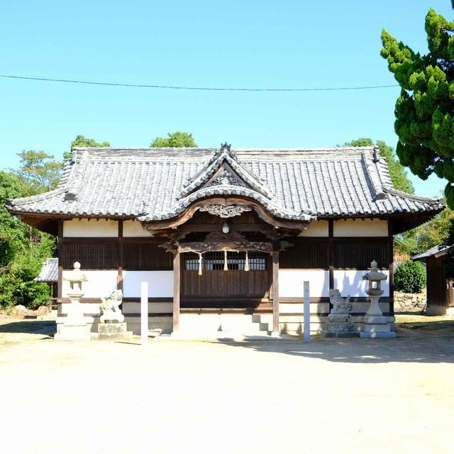 画像: 神社拝殿。島内で一番大きな社殿です。