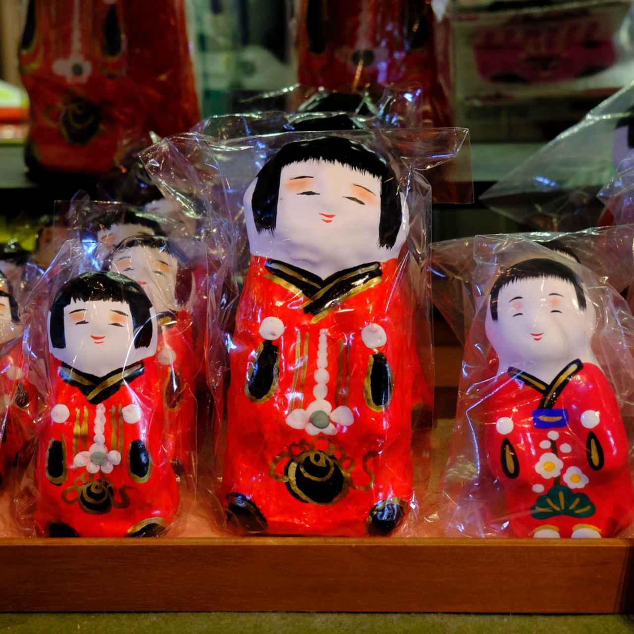 画像: 香川県にある多くの工芸品はここで見ることができます。「高松張子」は昔から香川に伝わる郷土玩具。写真の赤い着物の張子は中でも有名な「奉公(ほうこ)さん」。素朴で柔和な表情を持つ少女の人形で、多くの人に愛されています。