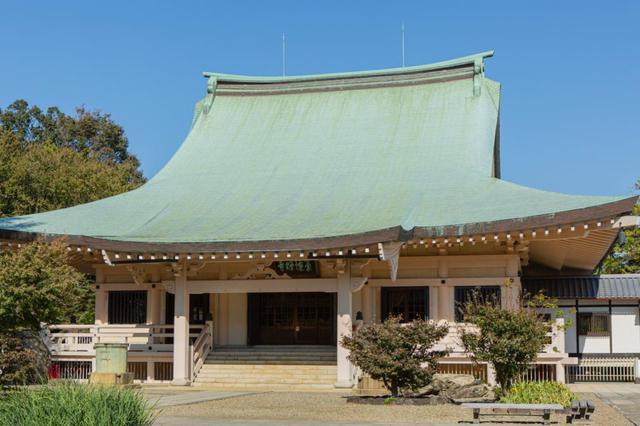 画像: 昭和42年(1967年)に造営された、堂々たる風格の本堂。