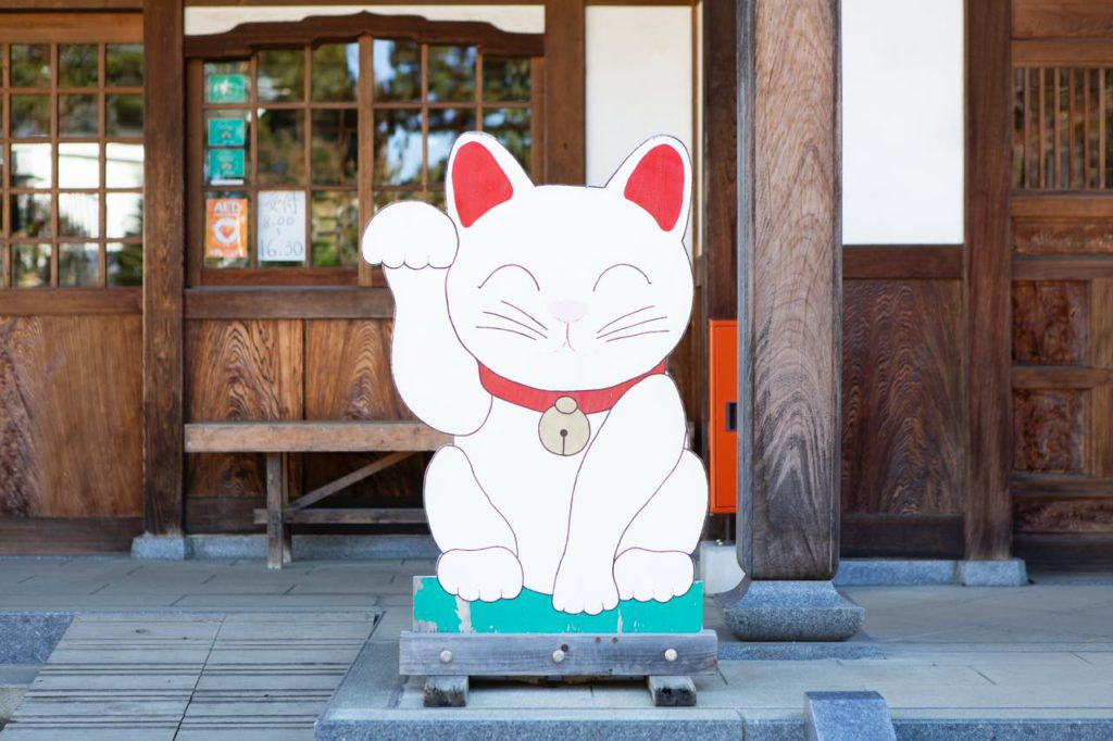 画像: 寺務所前の招き猫。