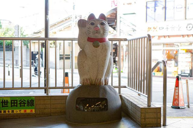 画像: 改札を出た正面にある招き猫像。