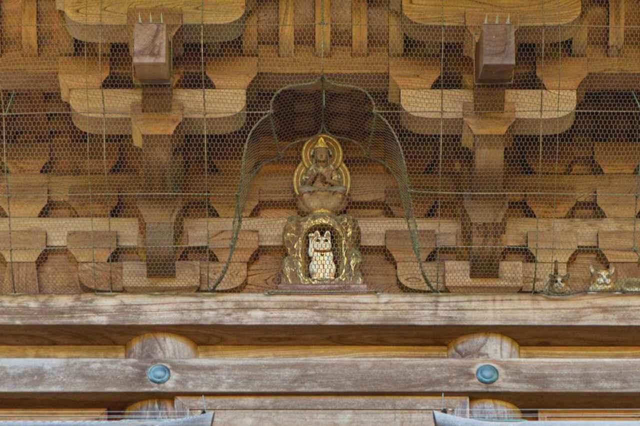 画像: こちらも三重塔の招き猫。どこにいるのか探してみてください。