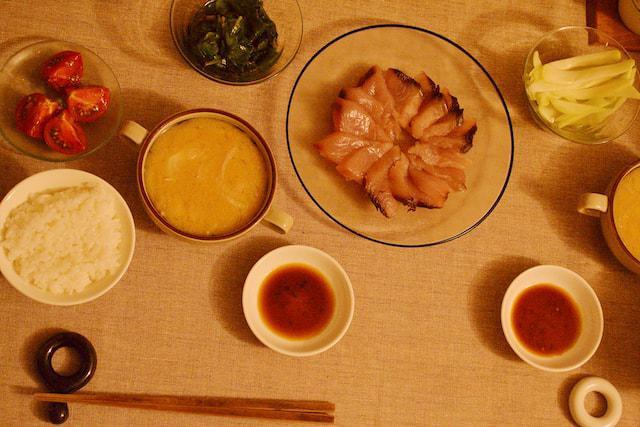 画像: 中央 / シビマグロの刺身 左 / ツルムラサキのおひたし 右 / ハヤトウリのピクルス