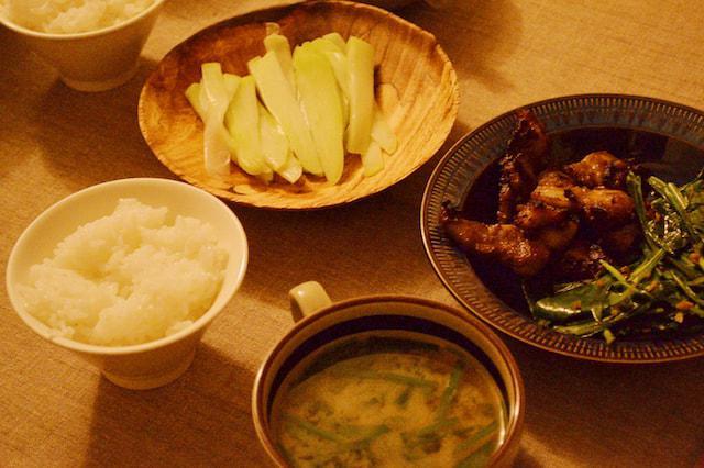 画像: 右 / 酵素漬け豚クビ肉のグリルとニガナのソテー 中央 / ニラの味噌汁 左上 / ハヤトウリのピクルス