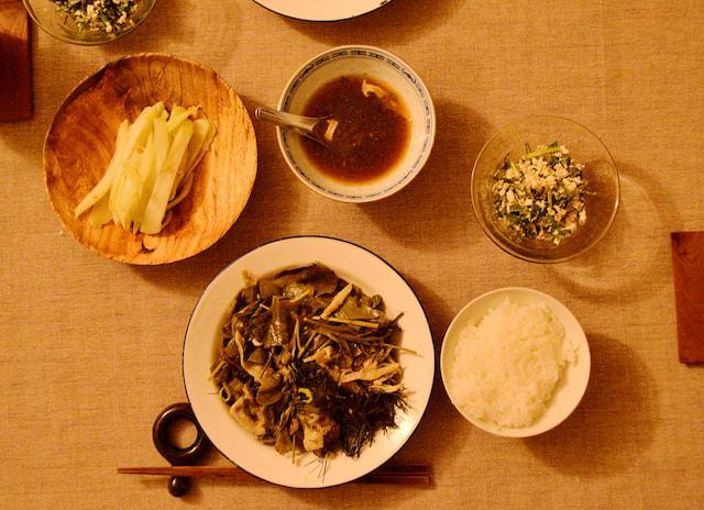 画像: 中央 / アグー豚と野菜の蒸し煮 右 / ニガナの白和え 左 / ハヤトウリのピクルス