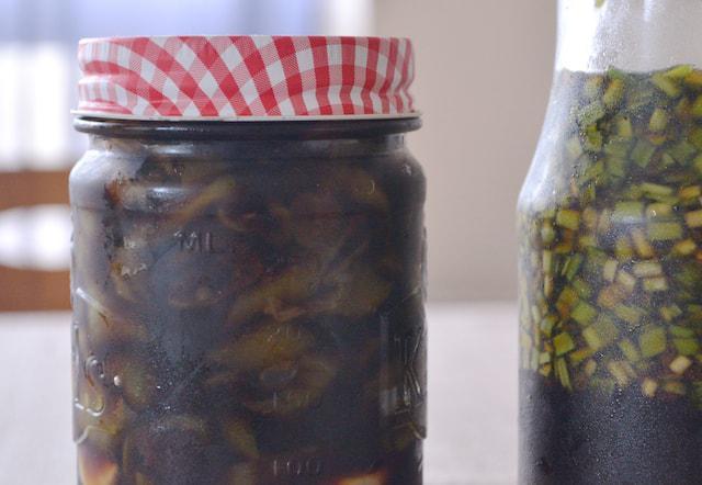 画像: らっきょうの葉は醤油漬けにしておく