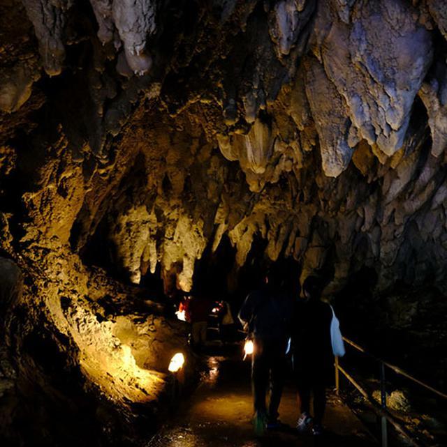 画像: イキガ洞の入口でランタンを受け取り、真っ暗な洞窟の中を進みます。「イキガ洞」は子宝や子供の健やかな成長を願う洞窟です。