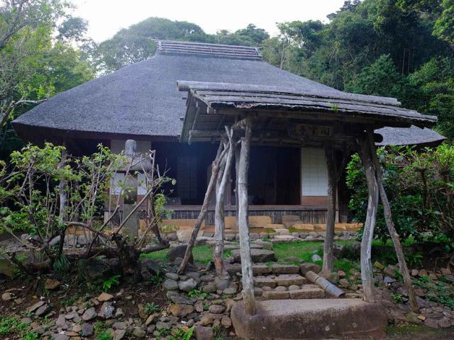 画像: 敷地内には茶室「閑雲亭」があります。平戸藩で伝えられてきた茶道流派です。閑雲亭は、第37代松浦詮が明治期に建築しました。