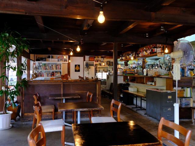 画像: 西の原にある「モンネ・ルギ・ムック」へ。木のぬくもりあるこちらの店舗は、かつては窯元の事務所でした。