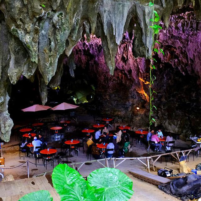 画像: これから始まるガイドツアーの待合場所にもなっている天然の鍾乳洞「ケイブカフェ」です。このケイブカフェ(サキタリ洞)も含めた一帯は旧石器時代の発掘調査が進められています。洞窟を作っている岩石は、サンゴ礁が隆起して出来た琉球石灰岩。
