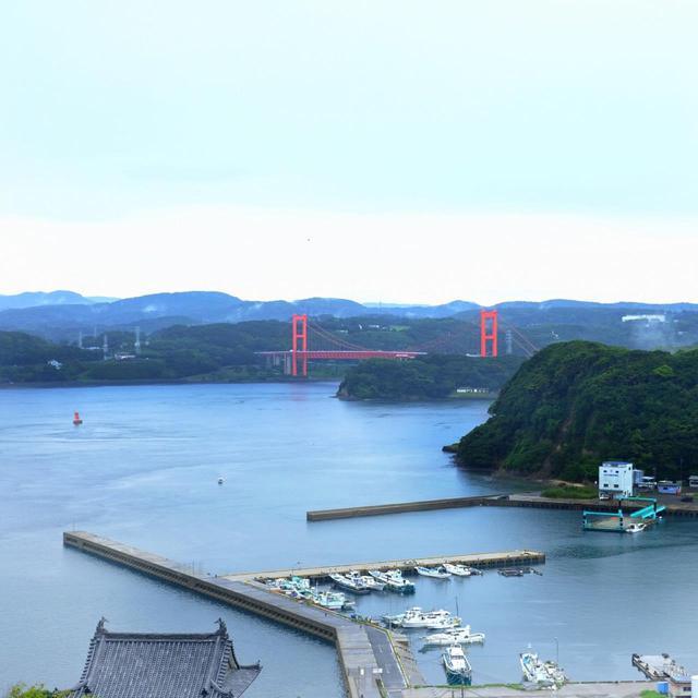 画像: 平戸城へ登ると360度とても見晴らしが良いんです。平戸と本土を結ぶ橋「平戸大橋」も見えます。