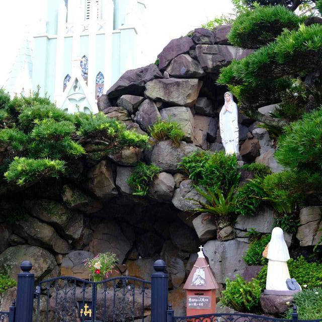 画像: 教会脇にある「ルルド」。フランス南部のルルドの泉はカトリック巡礼地で、それを模したものが長崎の教会には数多く見られます。
