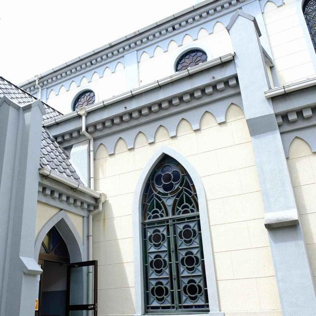 画像: クリーム色の壁を縁取るように塗られたグレーのラインが特徴的で、屋根にはいぶし銀の瓦が使われています。優しいシスターが出迎えてくれ、見学させてもらいました。聖堂内部はまぶしいほどに光輝くステンドグラスがはめ込まれていました。