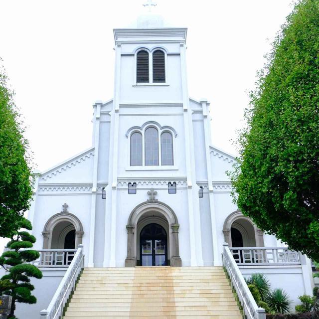 画像: さて、平戸で見てきた他2つの教会もご紹介したいです。どちらも西肥バスで行くことが出来ますが本数は少ないです。最初は紐差教会。規模の大きな教会で、長崎に数々の名教会建築を残した鉄川与助の作品です。