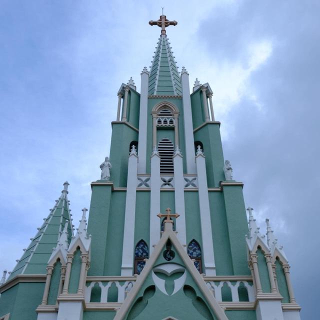 画像: 教会の鉄塔を見ると左右対称になっていないと気づきます。これはこの教会の特徴で、建築途中の財政難により写真右側にあるはずの塔の一つが完成しなかったということです。