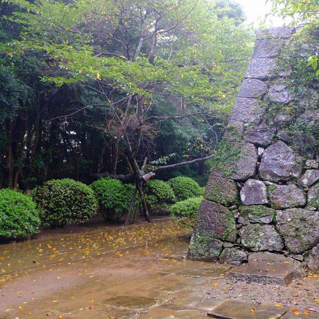 画像: 何度も90度カギ型に折れ曲がる城郭までの道を歩きます。美しく復元された石垣が続きます。