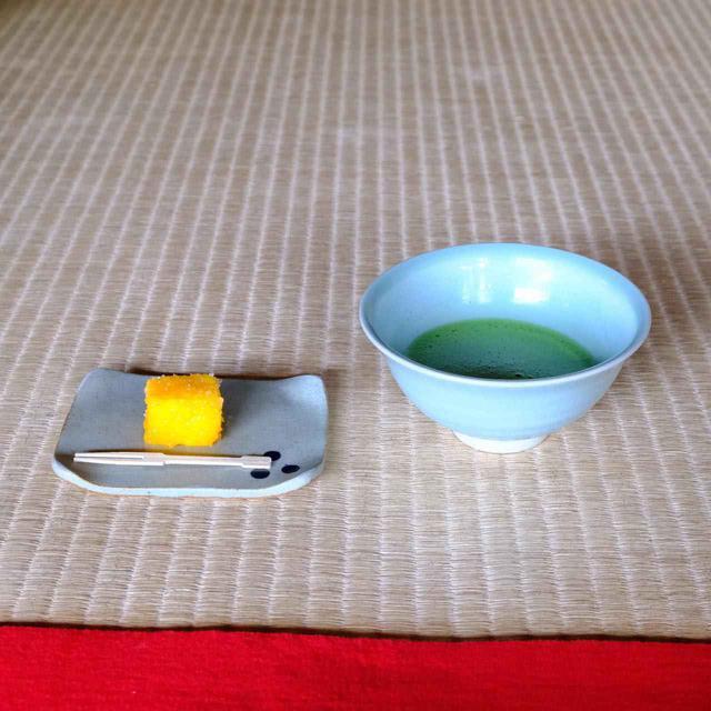 画像: 鎮信流の作法でいただくお抹茶。鎮信流はお茶を飲んだ後にお菓子を食べるのではなく、お茶を飲む合間にお菓子を食べるそうです。お菓子は平戸の郷土菓子「カスドース」です。