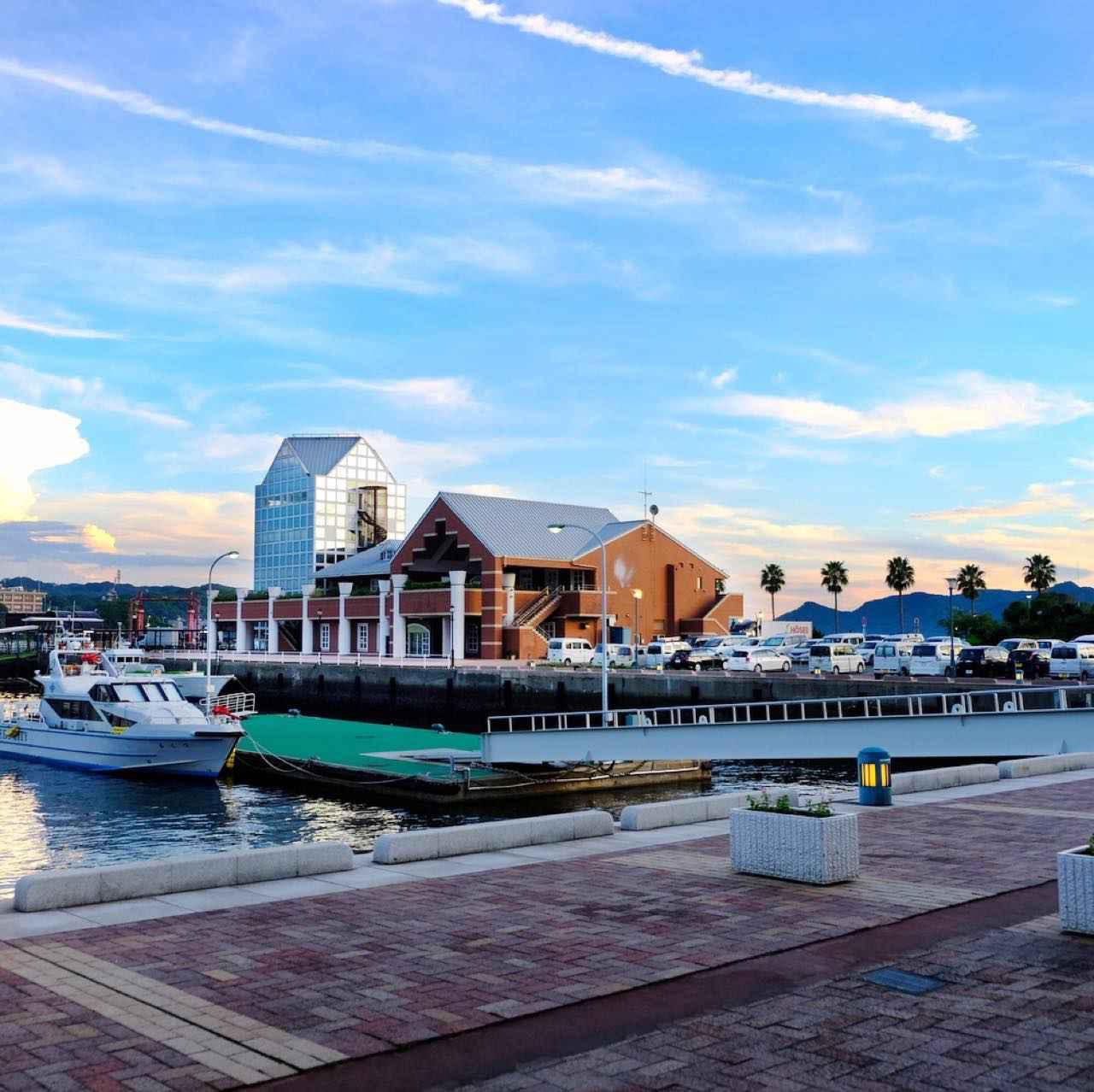 画像: 佐世保港は佐世保駅からもアクセスが良く、ショッピングモールなどもあって賑やかな場所です。のんびりとお散歩する人、景色を眺めながらお茶する人など、観光客だけでなく市民の憩いの場として親しまれていました。