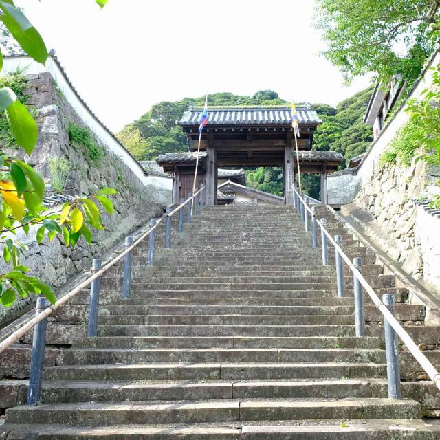 画像: 石垣と白壁が続く豪邸「松浦史料博物館」へ。