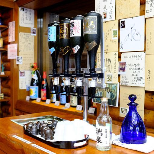 画像: 瑞泉酒造では試飲もできます!色んなものを飲み比べ。人気があるという炭酸を添加したタイプ「レガーレ」は、アルコール度数も低めで飲みやすかったです。