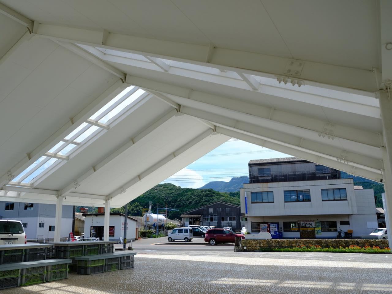 画像: 潜り抜ける大きな屋根は工場や作業所をモチーフに。