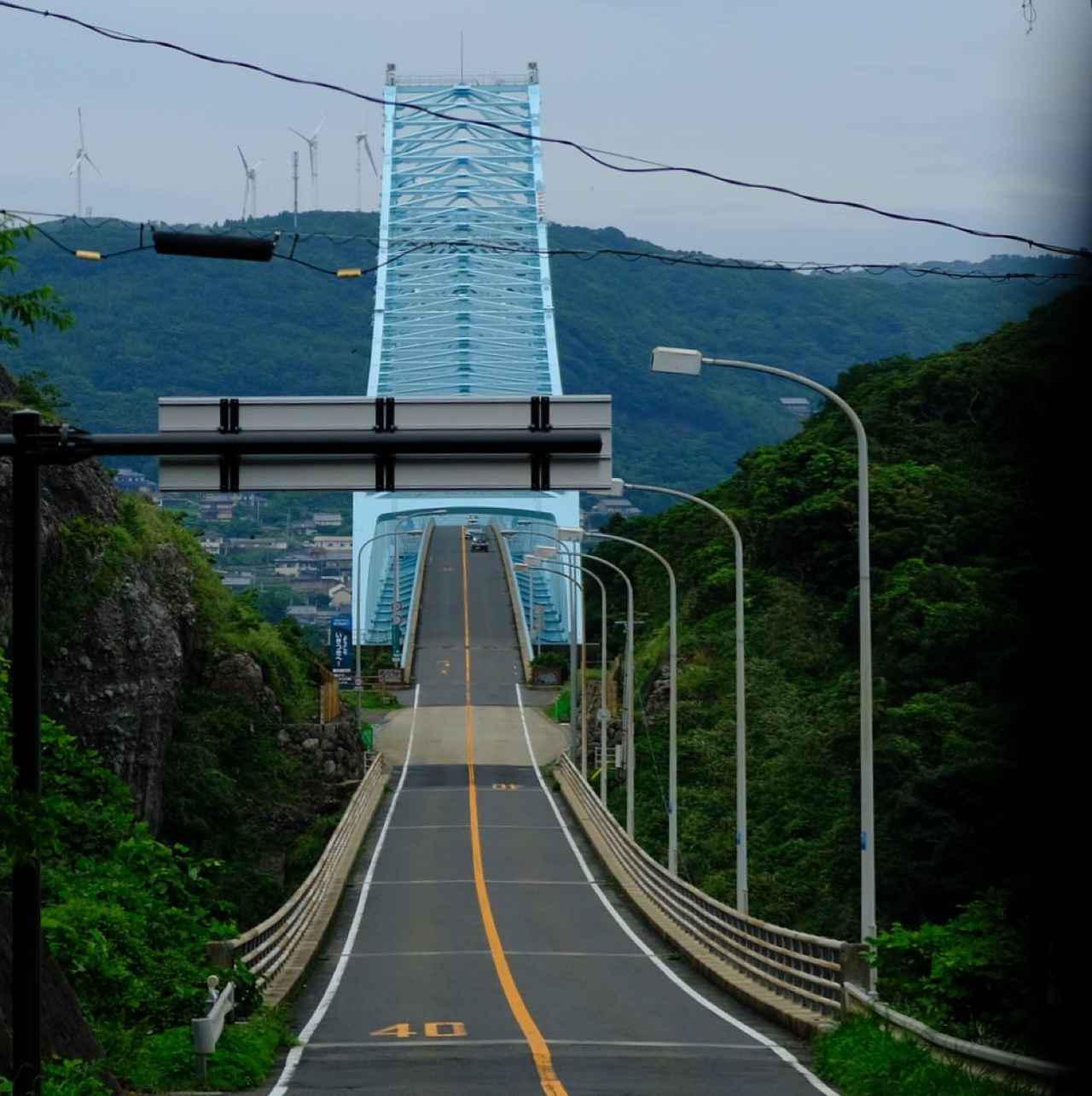 画像: 全長960mの「生月大橋」。1991年に開通し、離島であった生月島は平戸島の平戸大橋を通じて九州本土とつながりました。
