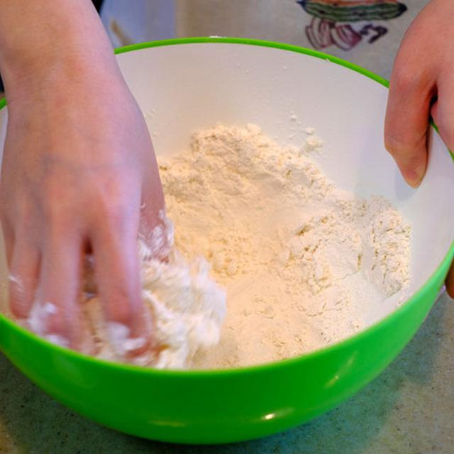 画像: なんと材料は3つだけ。ラード、砂糖、小麦粉。シンプルです。 順番にボウルの中でこねていきます。ラードを手の温度で溶かすように。