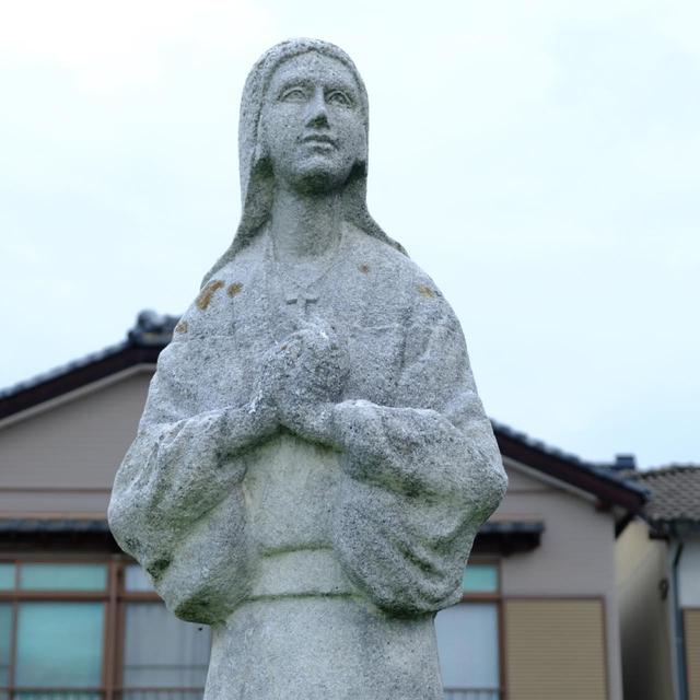 画像: 海岸沿いには「ジャガタラ娘像」もあります。たくさんの西洋人が行き来していた平戸では外国人と日本人が結婚し、その子供が生まれることも珍しくなかったことでしょう。平戸の歴史は様々な運命に翻弄されてきた歴史とも言えます。