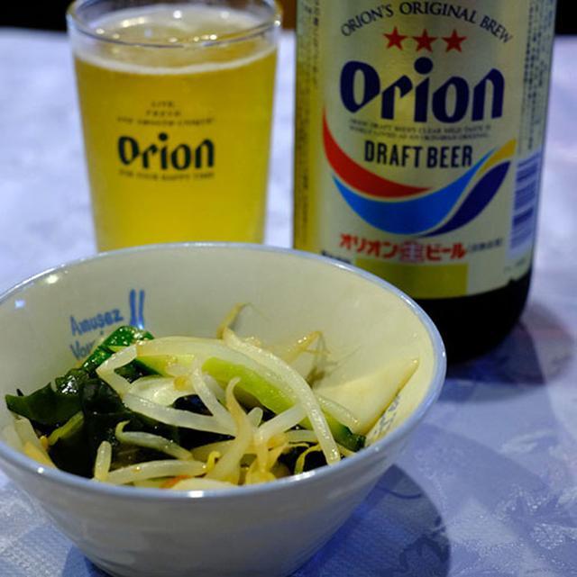 画像: とってもお安く飲めちゃう。この旅初めてのオリオンビール、いただきます~。お店のおじさんと、お客さんは昔からのお友達。みんなで一緒に飲みました。