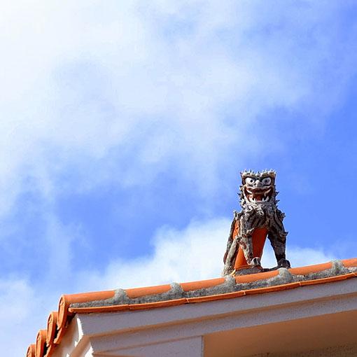 画像: 屋根の上にもシーサー…