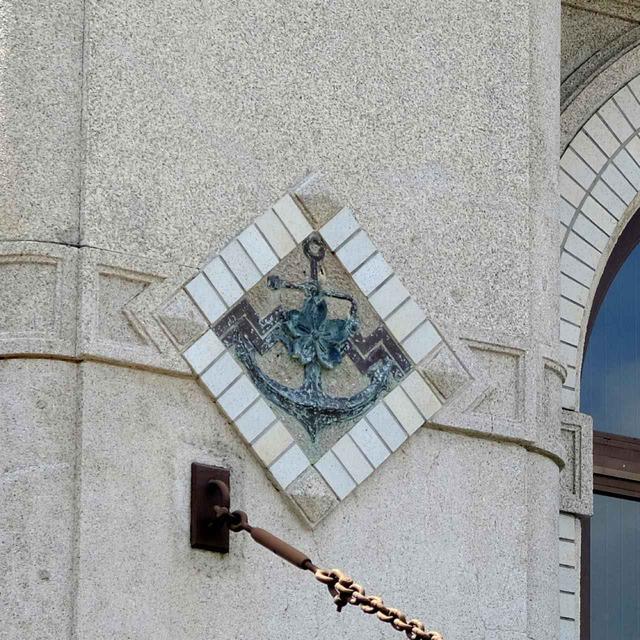 画像: 正面玄関上部に残るイカリと桜のマーク。佐世保と海軍の歴史を感じさせますね。