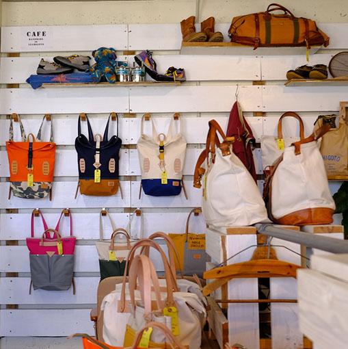 画像: 使いやすそうなバッグがいっぱい。男女兼用にもなりそうです。 軽い布製で、かつ帆布の丈夫さもあります。取っ手はヌメ革のナチュラルカラー。徐々に飴色になっていく経年変化も楽しめますね。