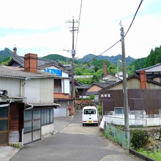 画像: 何本もの煙突が並ぶ風景。江戸時代から庶民の暮らしと共に器が作られてきた街。これぞ器の里という感じです。