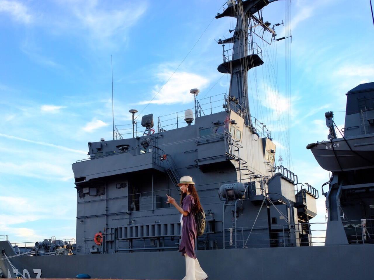 画像: 海上自衛隊「多用途支援船 あまくさ」。日が暮れるとライトが点灯しラッパが鳴り響きます。