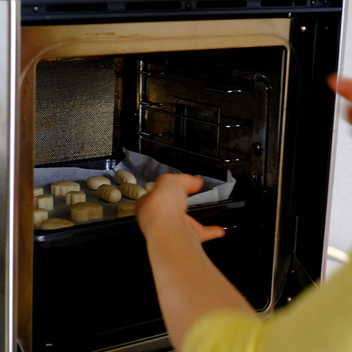 画像: あとはオーブンで焼くだけ。その間にちんすこうのボックスを作ります。