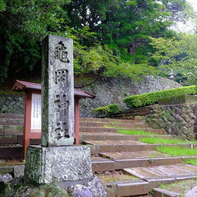 画像: 亀岡神社側から平戸城へと登ります。前夜の雷雨で相当雨が降った後でしたが、道は整備されていて問題なく登れました。