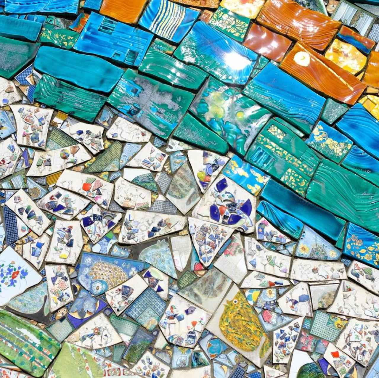 画像: 壁一面に破片を並べた、記事のトップ画像にも使った壁アート。遠くから見ると一枚の絵画のよう、近くで見るとひとつひとつの色の繊細さがわかります。