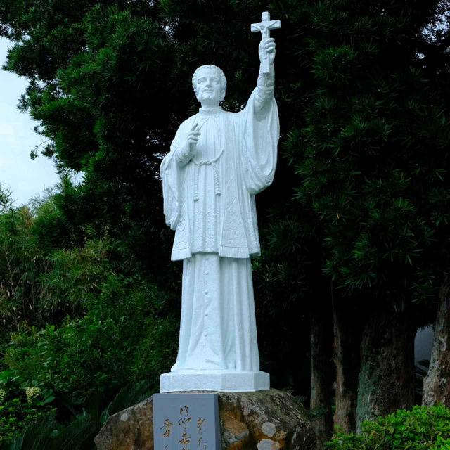 画像: 平戸はフランシスコ・ザビエルとの関係が深い街。ポルトガルの船が平戸に来航したと聞きつけ、鹿児島にいたザビエルは平戸へと駆け付けました。その際平戸島や生月島で布教したことが始まりで、この地域の住民の多くがそれをきっかけにキリスト教に改宗しました。