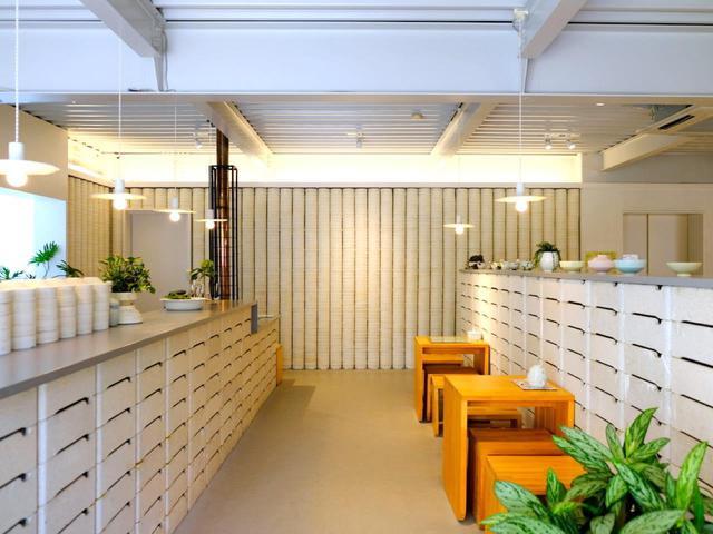 画像: 店内。奥の円柱型のもの、そして重ねられたブロックのようなもの、これらはこの地方で「匣鉢(ぼし)」と呼びます。