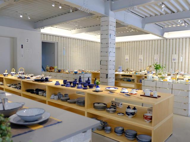 画像: 他にも色々な工夫と器への想いが詰まったお店作りがされています。まるでミュージアムのように見やすく並べられているのも心地よいです。
