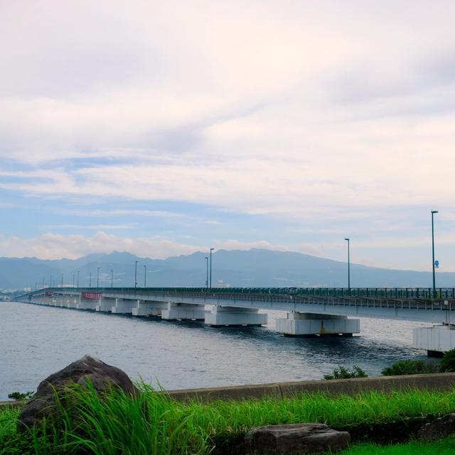 画像: 大村湾内に浮かぶように見える長崎空港。簑島大橋を渡ります。