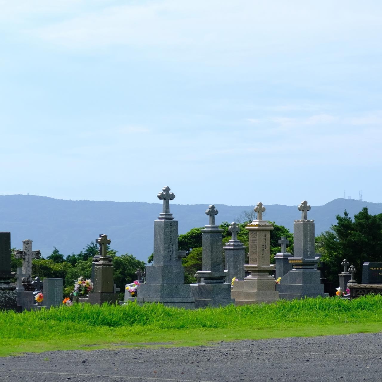 画像: 教会のすぐ横に墓地があるのも珍しく、またこれらが周囲の自然と程よく調和していて、この一帯からは荘厳な雰囲気が感じられました。