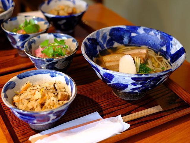 画像: 細めの麺は胚芽入り。上品なスープでした。