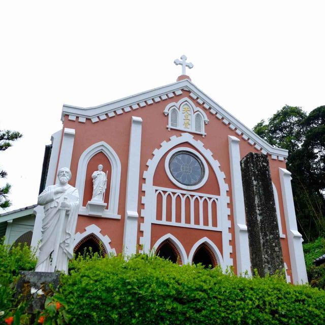 画像: お次はレンガ造りの宝亀教会です。こちらはかわいいイメージの教会です。木造建築でファサードにはレンガ、基礎には石が使われています。