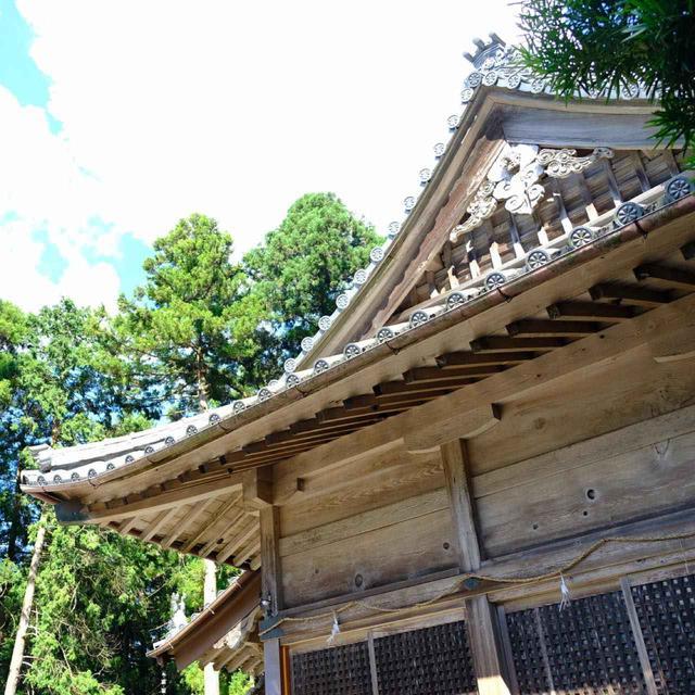 画像: 波佐見では最も古く由緒ある神社。かなり急峻な坂道の先の、山奥の古社。一時期はお守りを求める列が絶えなかったとも聞きました。磁器の街にちなんだカワイイお守りの神社としてメディアにも多く取り上げられているということです。
