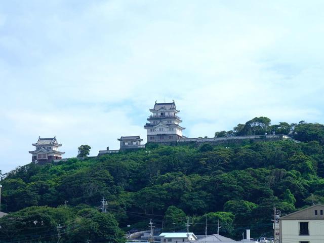 画像: パッと目に飛び込んでくるのは山頂近くから存在感を放つ「平戸城」。どこからでも見えるランドマーク的お城です。