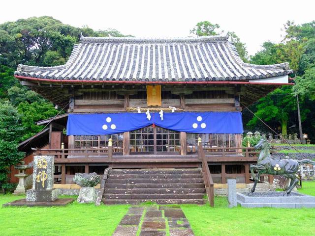 画像: 城内にある亀岡神社。秋の例大祭は「平戸おくんち」。松浦藩主をお祀りする神社です。