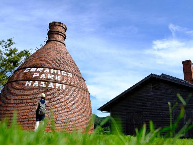 画像: ボトルオープン式の窯です。中に別の部屋がありそこに器を並べて焼成、上の口から煙を出していました。