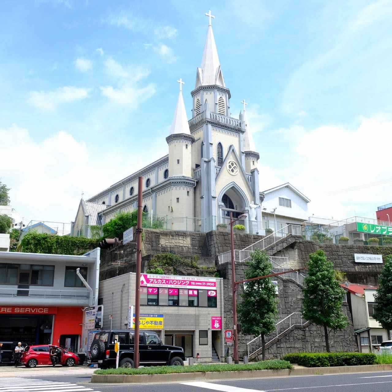 画像: 佐世保駅到着後、真っ先に訪問したのは駅から数分の、小高い場所に建つ「カトリック三浦町教会」。昭和初期に建てられたゴシック様式の尖塔の教会で、佐世保市民からも愛される街のシンボルです。