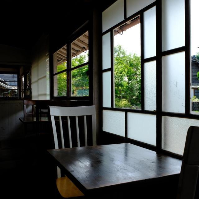 画像: 昭和テイストのガラスがはめられた木枠の窓から自然光が差し込んで、とても居心地よい空間です。